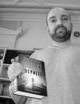 """En synlig stolt forfatter viser fram den norske utgaven av """"En Usynlig"""""""