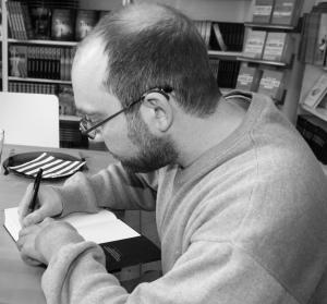 Pontus Ljunghill signerer boken min etter vårt møte på Pantagruel forlags kontorer i Oslo.