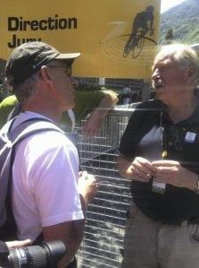 Foto: Privat. Kurt Aust i samtale med Johan kaggestad under Tour de France