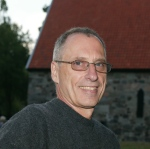 Forfatteren Kurt Aust ved Løvøy kapell.